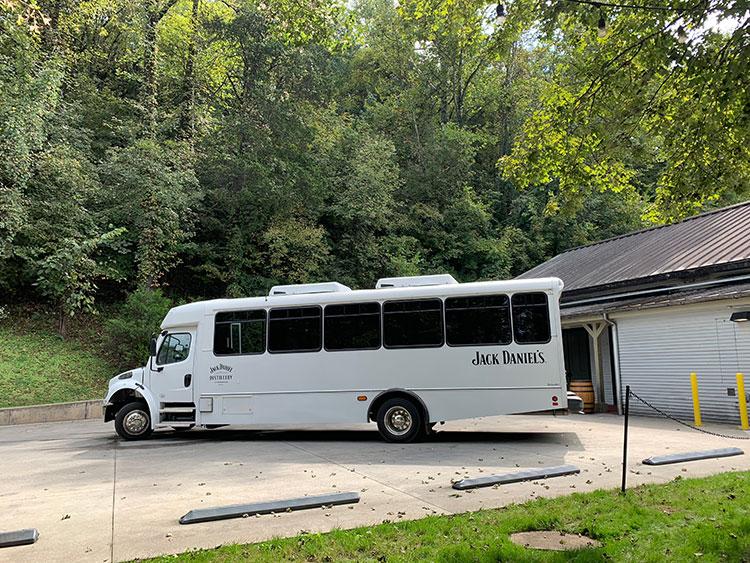 ônibus que leva ao tour pela destilaria Jack Daniel's