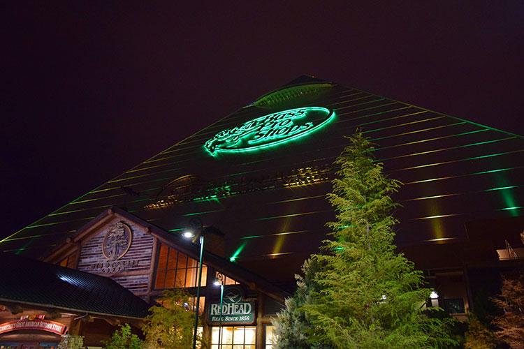 Pyramid em Memphis à noite