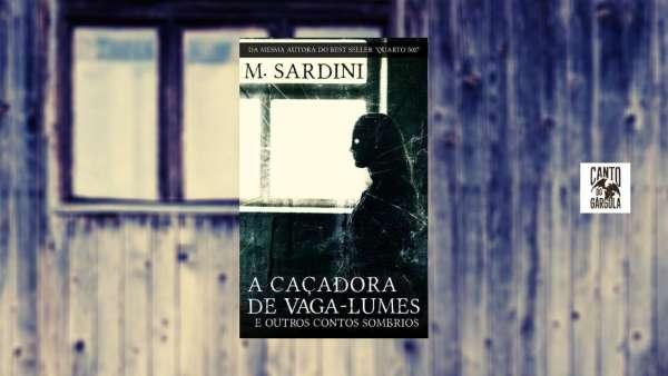 Capa do livro A Caçadora de Vaga Lumes e outros contos sombrios, de M. Sardini. Vulto de uma mulher olhando de dentro de um quarto por uma janela.