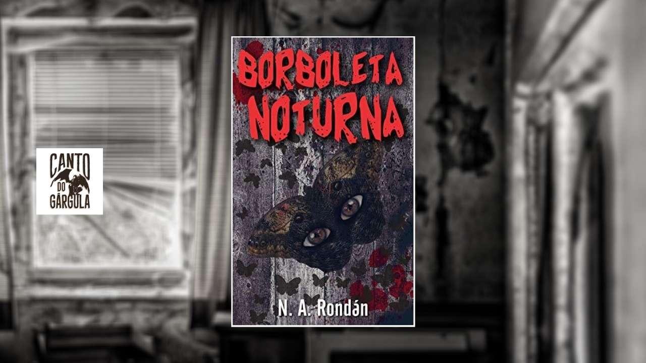 Capa do livro Borboleta Noturna - Uma enorme borboleta parada sobre uma parede de madeira. Em sua asa dois enormes olhos. Ao fundo um velho quarto bagunçado e abandonado.