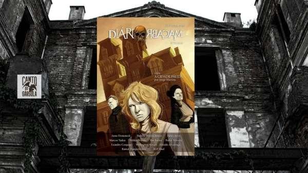 Ao fundo uma mansão velha e abandonada. Na frente está a capa da revista com três pessoas usando uma máscara pálida em frente à uma mansão amarelada.
