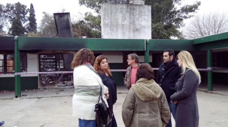 La intendenta Marisa Fassi visitó las instalaciones de la Escuela Primaria Nº16 de Santa Rosa para ponerse a disposición de los directivos y cooperar con la restauración del edificio incendiado el pasado sábado.