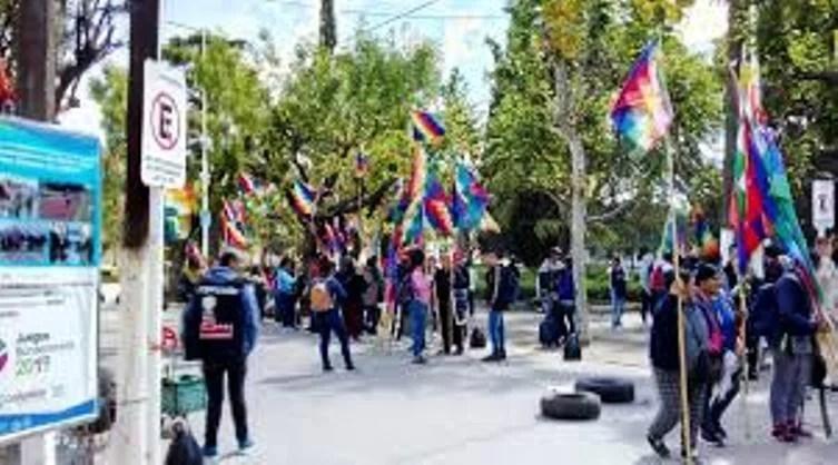 Cañuelas, protesta en la plaza San Martín, de un grupo político de El Jaguel, Ezeiza, Monte Grande y Ciudad Evita.