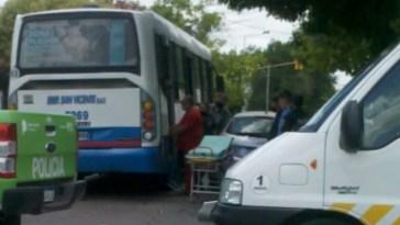 """Cañuelas, Colectivo de la Empresa San Vicente """"51"""" a gran velocidad embiste a un automóvil en Calle San Vicente y 25 de Mayo."""
