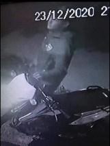 , Cañuelas: dos delincuentes armados robando una moto Honda Xr Tornado 250 patente A127MGL., Cañuelas Noticias - Noticias de Argentina