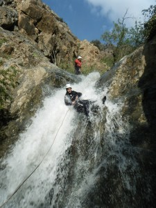 Début d'un rappel le long d'une cascade durant le canyon de Setti Fatma.