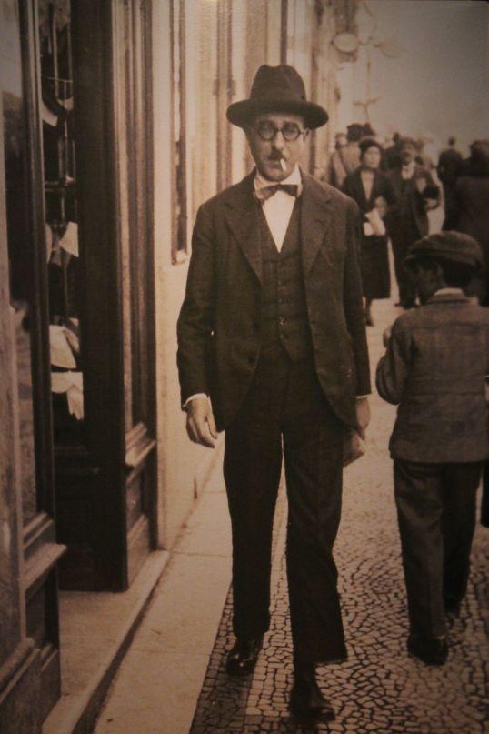 Retrato de Pessoa durante uno de sus frecuentes paseos.