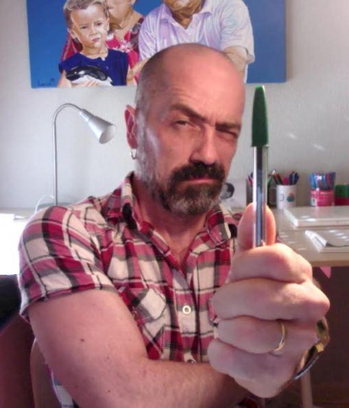 Paco Mármol con su herramienta de trabajo.