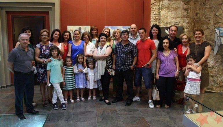 Lobato Hoyos rodeado de sus alumnos en una exposición de 2014.
