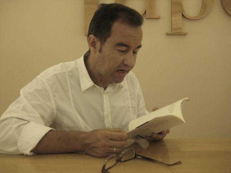 Ángel Mendoza lee algunos de sus poemas durante la entrevista.