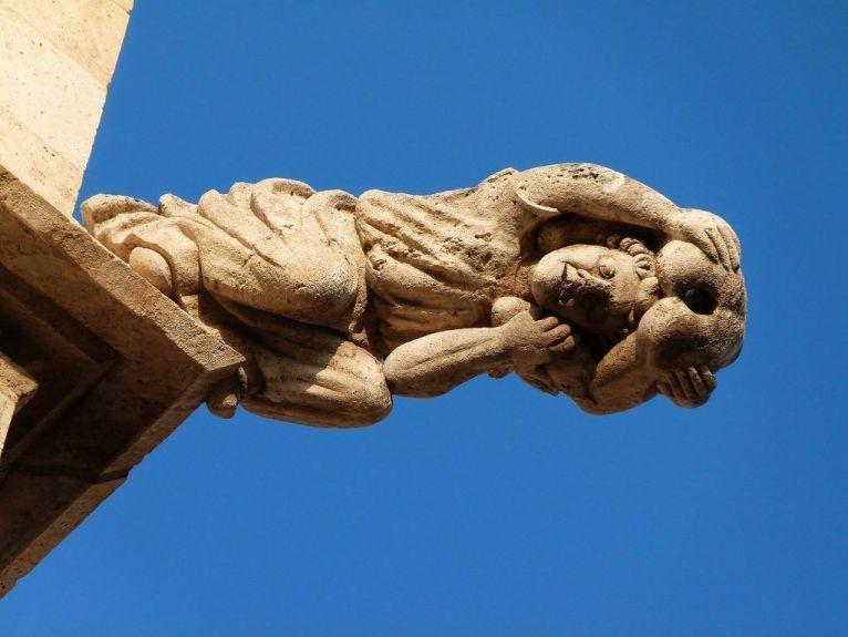 Una de las curiosas gárgolas de la Lonja de Valencia.