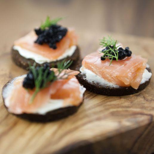 Canapés de salmón y caviar.