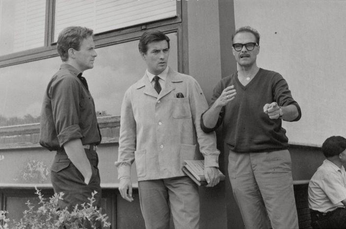 Rovira-Beleta (derecha) dando indicaciones a Manuel Gil (izquierda) y a Pierre Brice (centro) durante el rodaje de 'Los atracadores'.