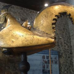 Un gallo persa en el campanario