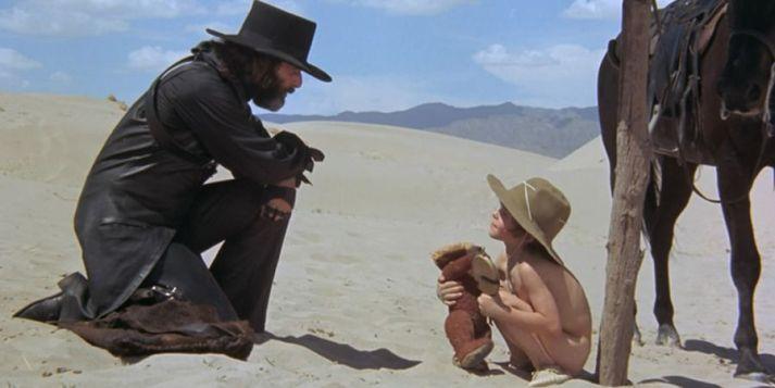 Alejandro Jodorowsky y su hijo Brontis, en 'El topo'.