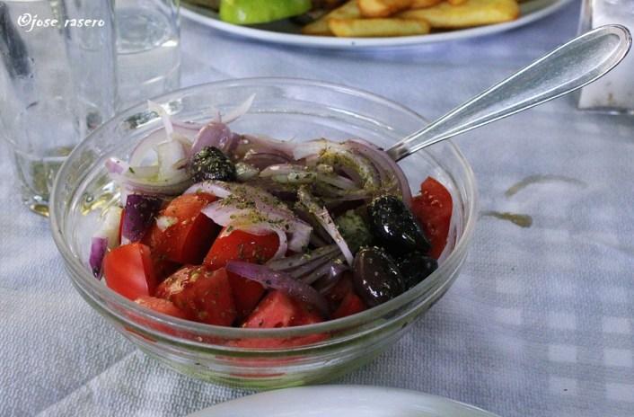 En salada de tomates, cebolla, pepino y aceitunas de O'Platanos.