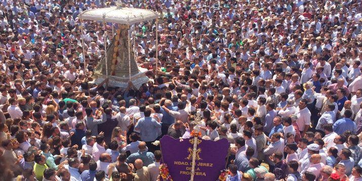 La Virgen del Rocío entre la multitud.