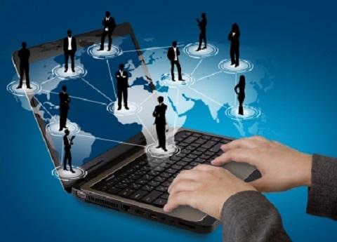 Image montrant deux mains écrivant sur un ordinateur portable avec en arrière plan une carte du monde. Des hommes et des femmes en noirs sont reliés entre eux pour montrer qu'ils forment un réseau. Cette image résume très bien le marketing de réseau.