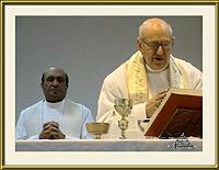 Padre António Souta e Padre Manuel Igreja Dinis durante a cerimónia de homenagem ao prior do Sabugal – Imagem da Semana (8-10-2007)