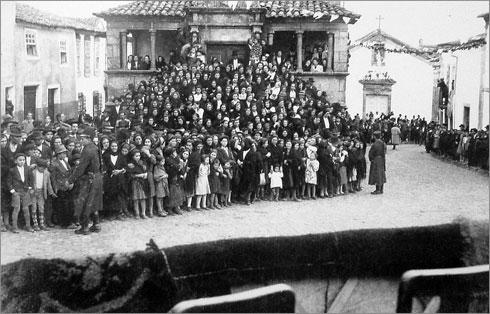 Cortejo de Oferendas - 1947 - Fotografia tirada da tribuna aos espectadores da Casa dos Britos