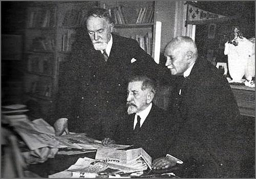 Maurice Pujo (à esquerda) no escritório de Maurras