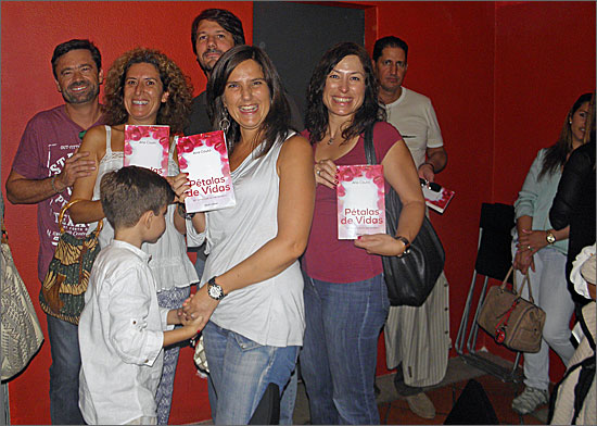 Amigas da autora exibem o livro