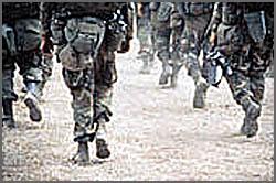 Camuflado e botas com «ração de combate»