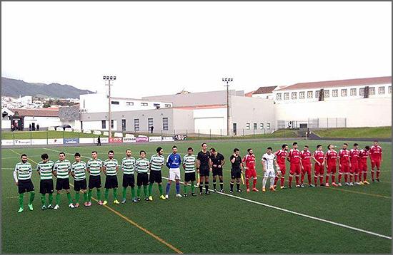 As duas equipas no início da partida