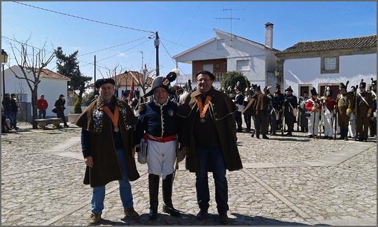 Os confrades do bucho raiano com o general comandante das forças em parada