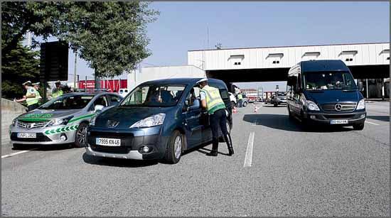 A Guarda Nacional Republicana aborda os emigrantes na fronteira de Vilar Formoso