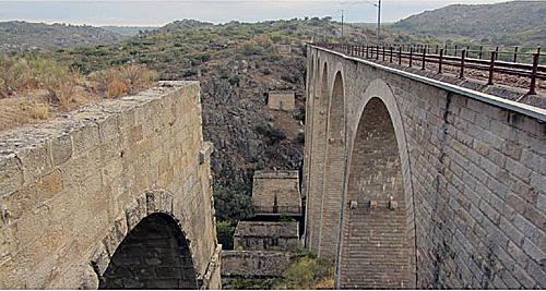 Ponte actual à direita e os restos da antiga à esquerda