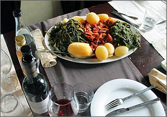 Bucho raiano, grelos e batatas