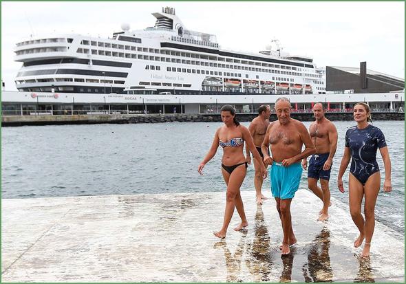 Presidente Marcelo mergulhou nas águas temperadas e calmas das chamadas «Piscinas do Pesqueiro» em Ponta Delgada, ilha de São Miguel, nos Açores