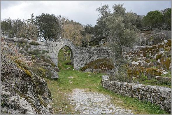 Portal na muralha do castelo de Vila do Touro no concelho do Sabugal - Capeia Arraiana