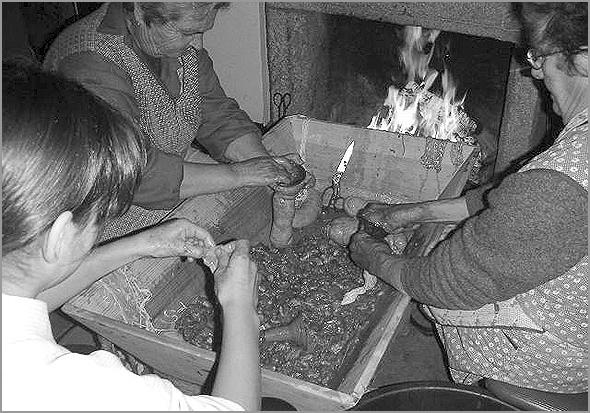 Enchimento das chouriças - Capeia Arraiana
