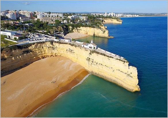 Capela na falésia da Praia da Senhora da Rocha em Alporcinhos, Porches, Algarve - Capeia Arraiana
