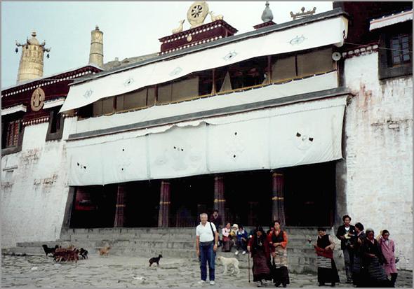 Franklim frente ao mosteiro dos Pantcha Lama