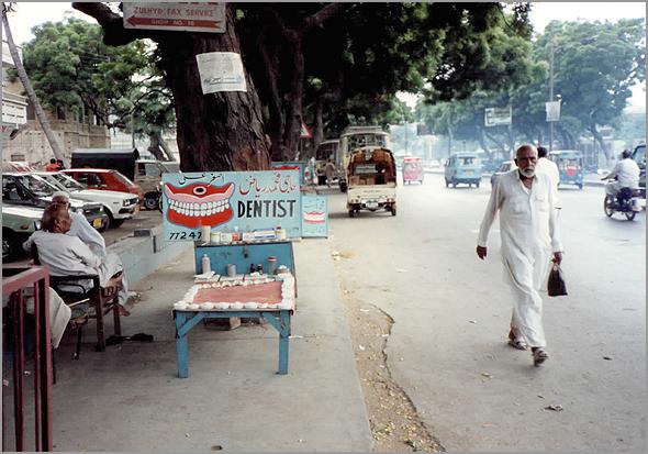 Cadeira do dentista na rua em Karachi