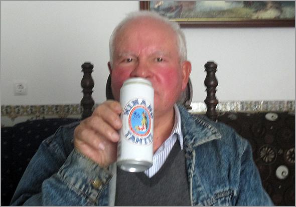 Franklim bebendo uma cerveja Hinano em sua casa na Costa da Caparica