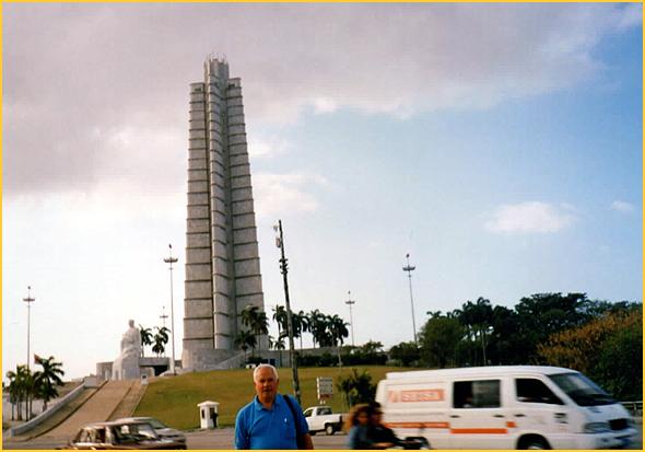 Franklim junto ao monumento a José Marti, na praça do mesmo nome