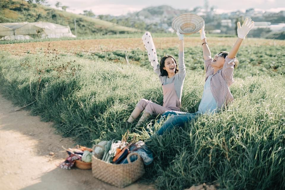 Ngẩn ngơ với bộ ảnh cưới bình dị của cặp đôi 9x ở vườn rau xanh Đà Lạt |  Bài viết | Foody.vn