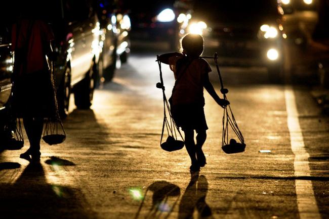 Cuộc sống vất vả của trẻ em đường phố tại Indonesia   VTV.VN