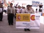 Personal del proyecto de reforzamiento del sector salud, financiado por el Gobierno español, AECI y Medicus Mundi hace su presentación en el desfile