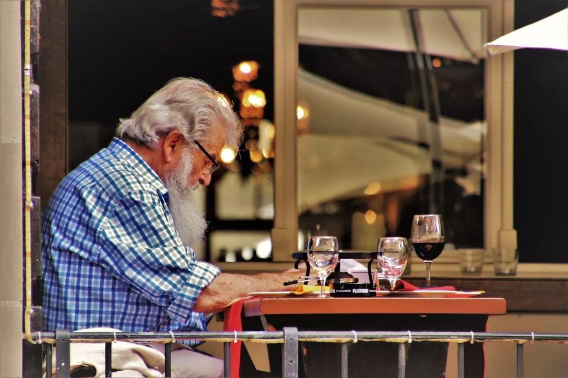 ¿Cómo organizar las mesas en un restaurante?