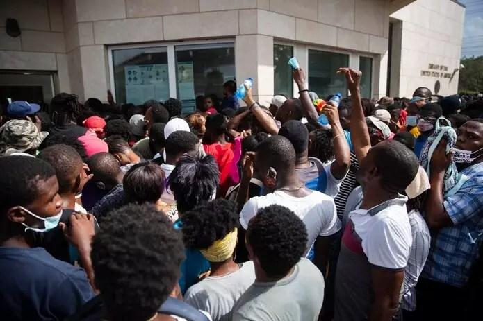 Cientos de Haitianos esperan una visa