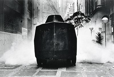 O Brucutu da polícia nas ruas de São Paulo durante a greve dos bancários de 1979 (foto: Juca Martins)