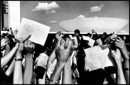 Manifestação em frente ao Congresso em 1969. (foto: Orlando Brito)