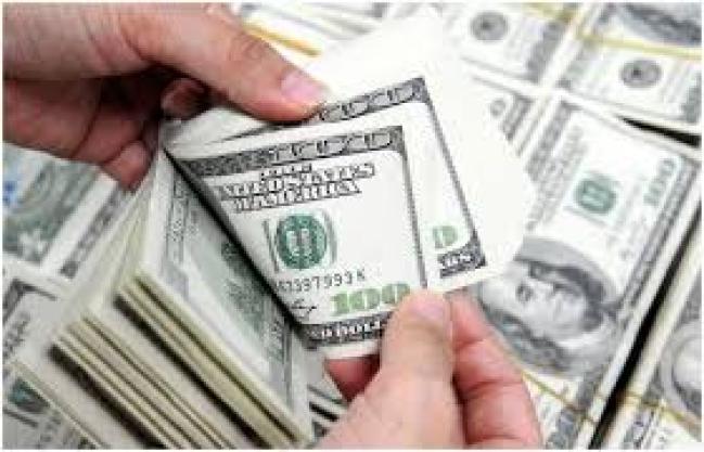 الدولار يرتفع قرشا فى تعاملات البنوك اليوم