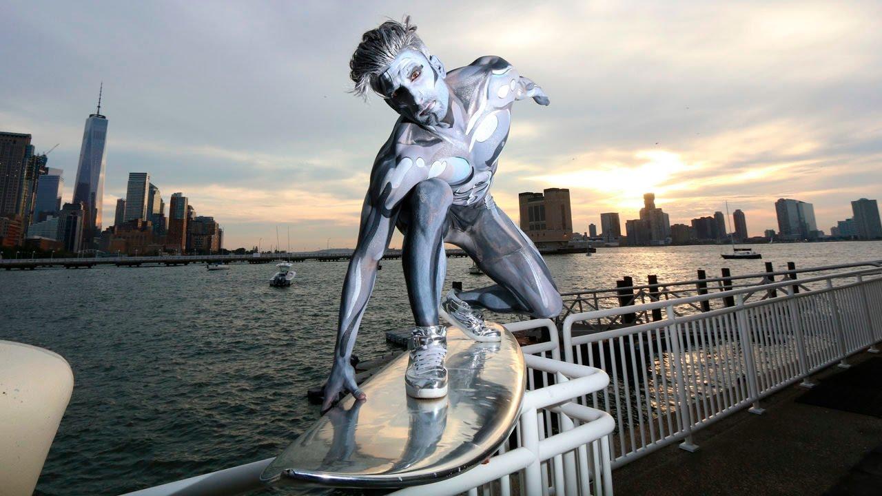 Cosplay de Silver Surfer para Halloween 2016 presentado en las calles de NYC