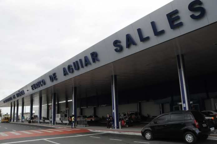 Passageiros ficam três horas presos em avião no aeroporto de Vitória